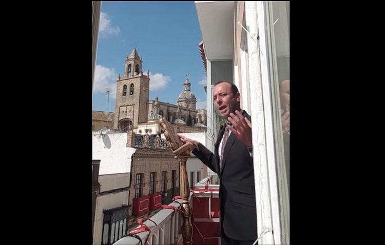 Miguel Ángel Lobato recrea en su balcón el original final de su pregón de la Semana Santa de Utrera de 2003 (VÍDEO)