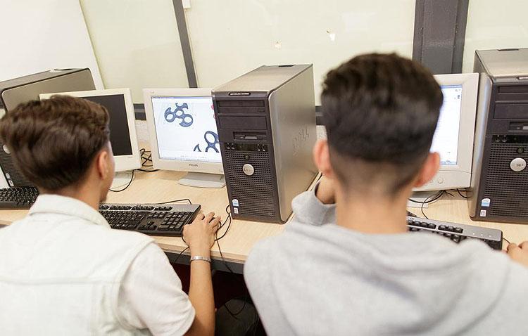 Ordenadores portátiles y conexiones a Internet para que una treintena de utreranos sin recursos puedan estudiar