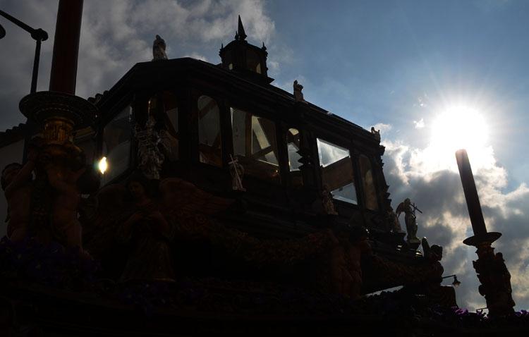 Utrera cierra su Semana Santa en San Francisco con una tarde de Sábado Santo para acompañar al Santo Entierro