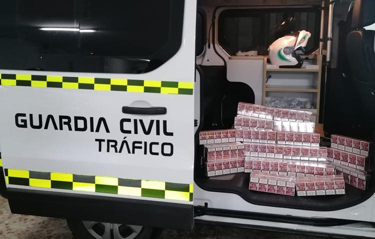 La Guardia Civil de Utrera sorprende a una persona con 500 cajetillas de tabaco de contrabando escondidas en su maletero