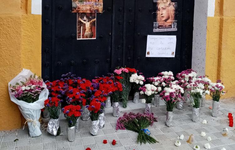 Las flores, velas y fotos llegan también a las puertas de la capilla de la Trinidad