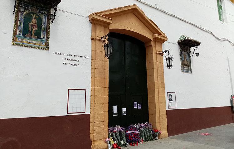 Miembros de Protección Civil y Bomberos depositan ante la iglesia de San Francisco las flores para la Vera-Cruz (VÍDEO)