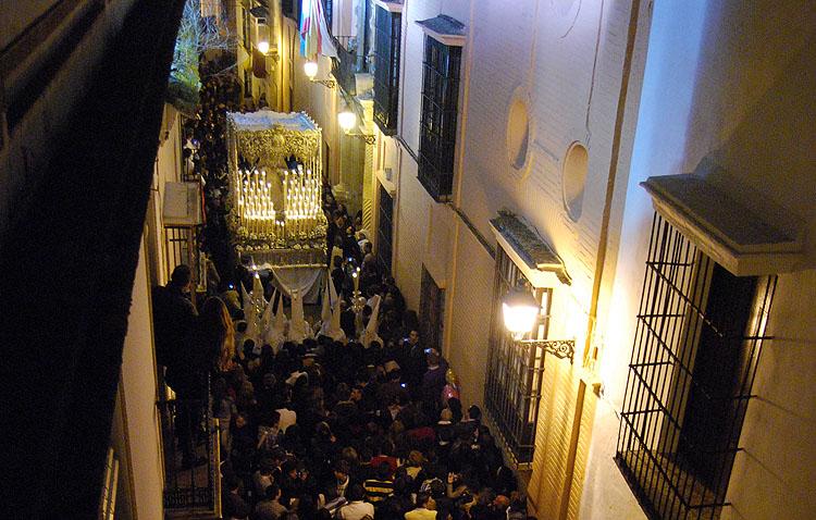 El ambiente de un Miércoles Santo con la Virgen de la Paz en la calle Rodrigo Caro, desde el objetivo de Antonio Rodríguez Ledesma (VÍDEO)