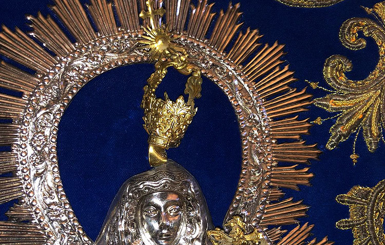 El detenido tras una persecución por Utrera intentó robar la corona del simpecado de la Virgen de Consolación