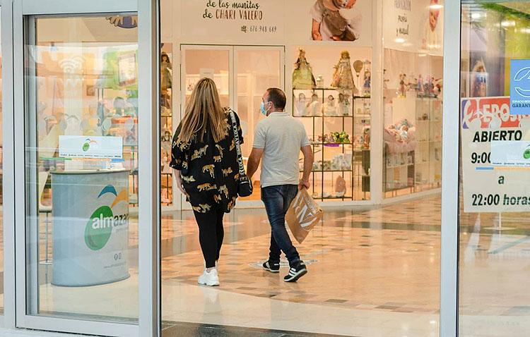 El centro comercial «Almazara Plaza» retoma su apuesta por el empleo local con la reapertura de sus instalaciones