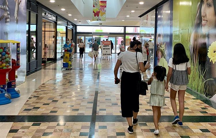 Regalos a los clientes donaciones de alimentos a familias necesitadas en la reapertura del centro comercial «Almazara Plaza»