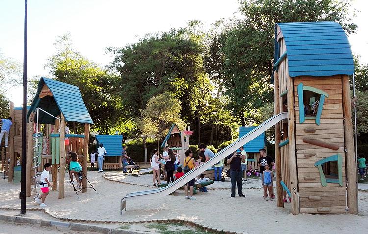 La «nueva normalidad» devuelve la vida a las zonas de juegos infantiles y reabren los parques al completo en Utrera