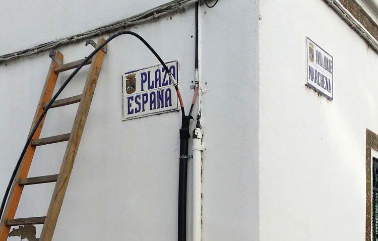 A punto de resolver el eterno problema con la fibra óptica para las conexiones a internet en el casco histórico en Utrera
