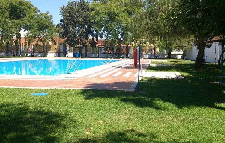 El Palmar de Troya decide no abrir este verano su piscina municipal