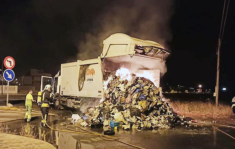 La carga de un camión de la basura sale ardiendo en pleno recorrido por Utrera
