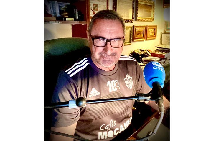 La camiseta del C.D. Utrera que lució Carlos Herrera, firmada por él en una subasta a beneficio de Cáritas