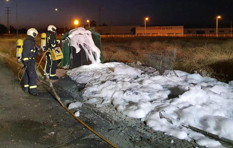 Utrera intensificará la vigilancia para evitar la oleada de incendios en contenedores y pasto