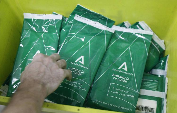 Las farmacias de Utrera reparten las mascarillas gratuitas a las personas mayores