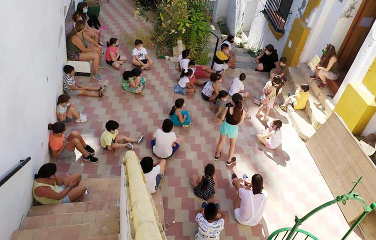 Un verano repleto de actividades para los niños de «Mujeres de Santiago» con las que llenar el vacío del confinamiento