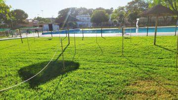 La piscina de Consolación abre sus puertas este sábado, con cita previa, aforo reducido y césped parcelado