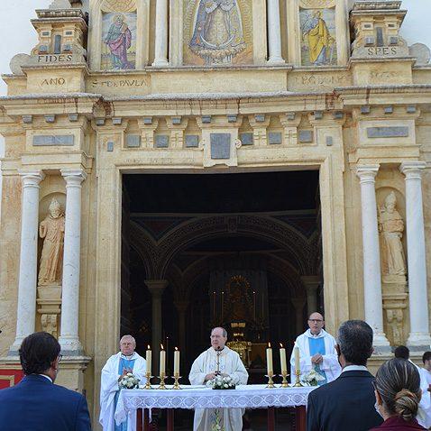 A las 9 de esta mañana COPE Utrera (98.1 FM) y COPE Lebrija (102.9 FM) ofrecerán en directo la histórica misa de reestreno del retablo de Consolación.