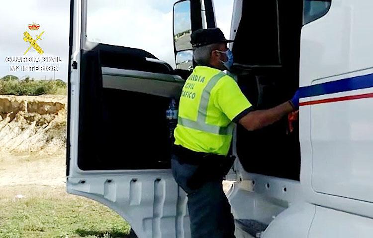 La Guardia Civil de Utrera descubre a tres conductores falseando los tacógrafos de sus vehículos