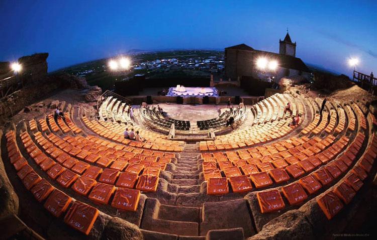 La compañía utrerana Guate Teatro inaugura un festival en el teatro romano pacense de Medellín