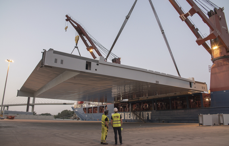Tecade marca un hito en el Puerto de Sevilla con el embarque de la última pieza para el puente de Gotemburgo