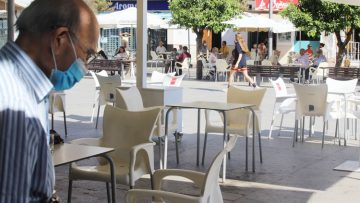 Utrera tendrá que mantener por ahora el actual número de personas por mesa en los bares