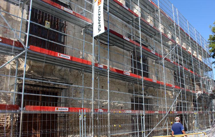 El renacer de la fachada de la Casa Surga comienza a ser una realidad