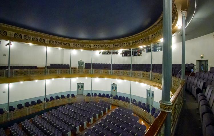 Utrera retoma la programación cultural en el teatro y abrirá la exposición sobre la Virgen de Consolación