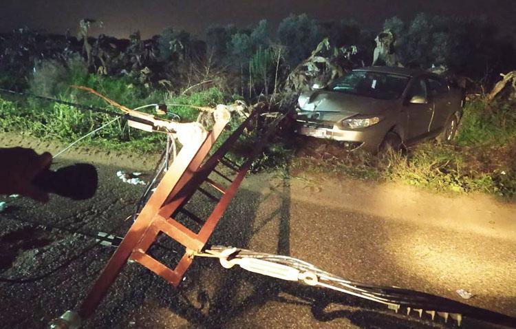 Un rocambolesco doble accidente, a punto de costarle la vida a varias personas en Utrera tras derribar una torreta eléctrica