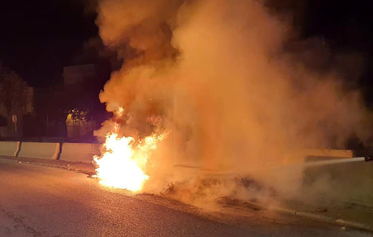 El incendio intencionado de un contenedor en pleno toque de queda provoca daños en dos coches aparcados en la zona