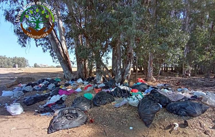 El campo de Utrera, un basurero a pesar del esfuerzo de un grupo de voluntarios por limpiarlo