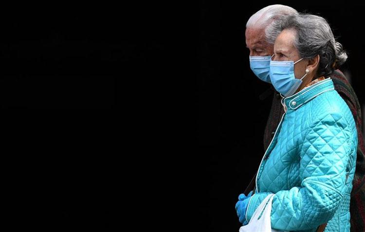 El Ayuntamiento repartirá mascarillas gratuitas reutilizables a las más de 8.400 personas mayores de Utrera