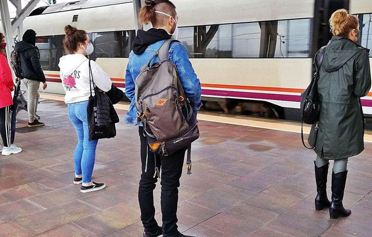 450 jóvenes que estudien fuera de Utrera podrán recibir una beca municipal de transporte