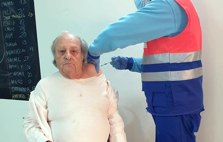 La vacuna contra el coronavirus llega a la residencia de mayores Reifs de Utrera
