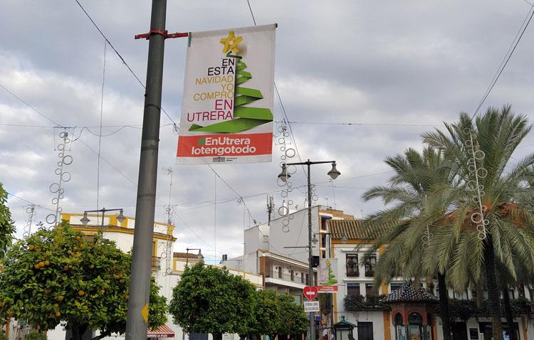 El Ayuntamiento instala casi 120 recordatorios por toda Utrera para señalar la trascendencia de comprar estas Navidades en la ciudad