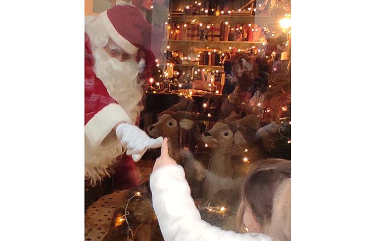 La especial visita de Papá Noel para saludar a los niños de Utrera