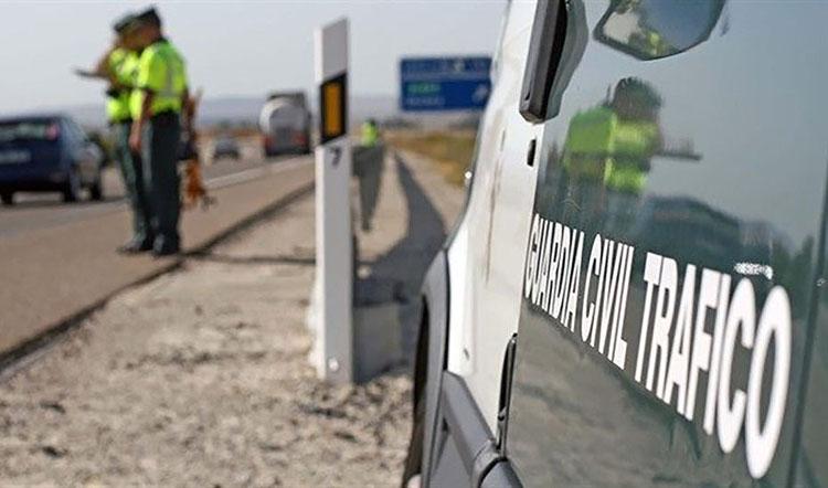 El aparatoso vuelco de un camión provoca importantes retenciones en la autovía Sevilla-Utrera al quedar atravesado en ambos sentidos