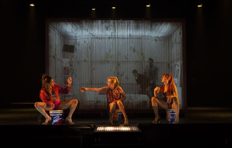 «Prostitución», la cita teatral de este sábado en Utrera, con Carmen Machi, Nathalie Poza y Carolina Yuste