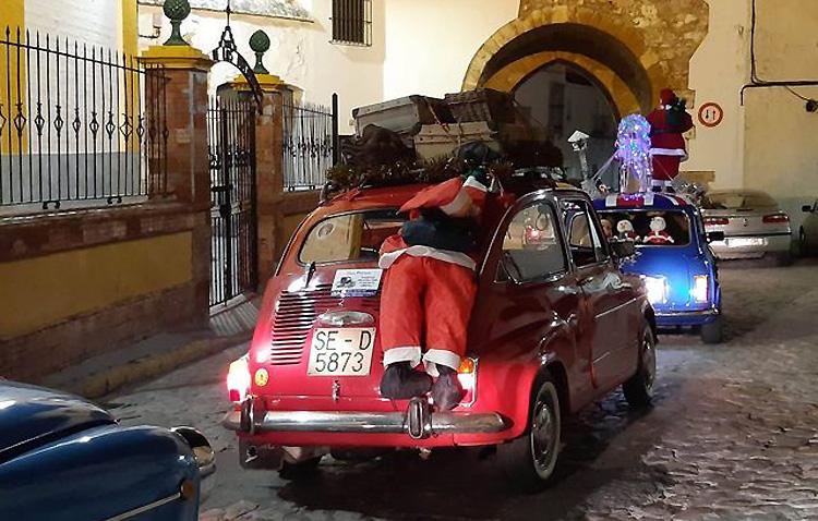 La original forma de felicitar las fiestas en Utrera desde un vehículo clásico [GALERÍA FOTOGRÁFICA]