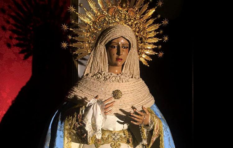 Unas velas solidarias para dar luz a una vigilia de oración en torno a la Virgen de la Esperanza