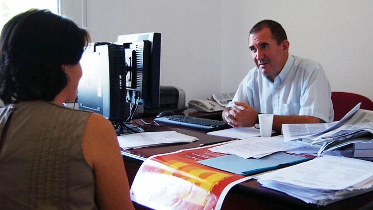 El profesor Manuel Peñalver recibe la «Mención Larra y Camba» otorgada por el Centro Gallego de Santander