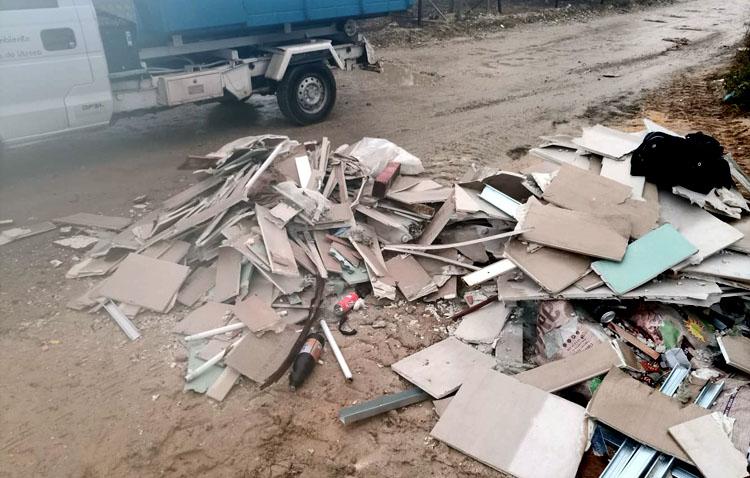 El abandono de basura y escombros sin control obliga al Ayuntamiento a limpiar más 50 caminos de Utrera