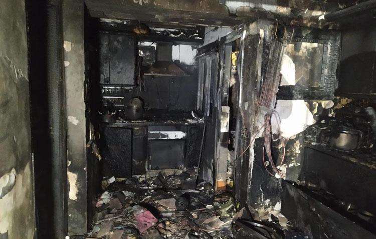 Un grave incendio arrasa por completo una vivienda en Utrera [GALERÍA FOTOGRÁFICA]