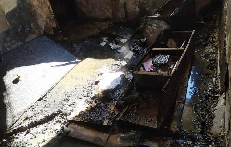 El incendio de una estufa arrasa una vivienda en la barriada La Paz y obliga a desalojar al resto del bloque