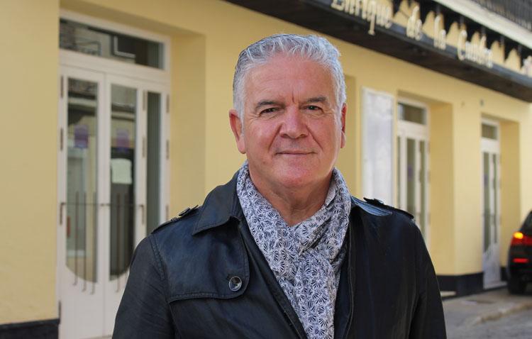 El polifacético Juan Carlos Alcaide, un utrerano que ha sido concejal, director de colegio y actor