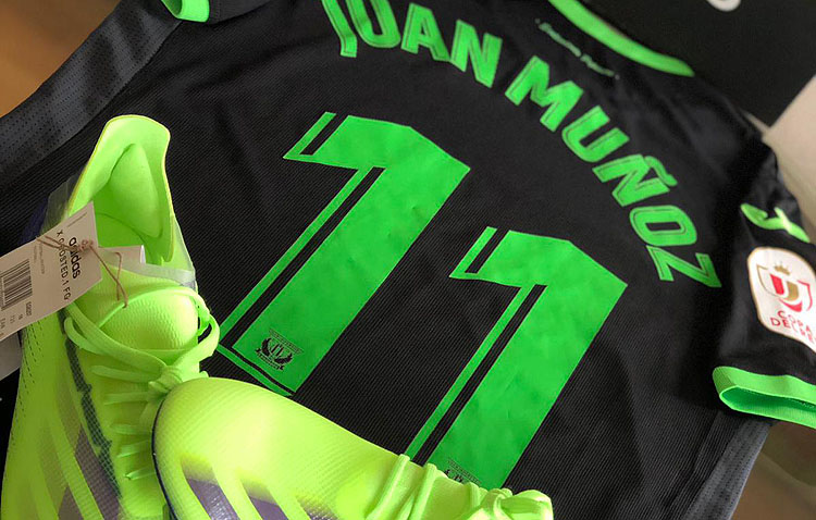 El bonito gesto del futbolista utrerano Juan Muñoz en un partido frente a su paisano Josemi Santos