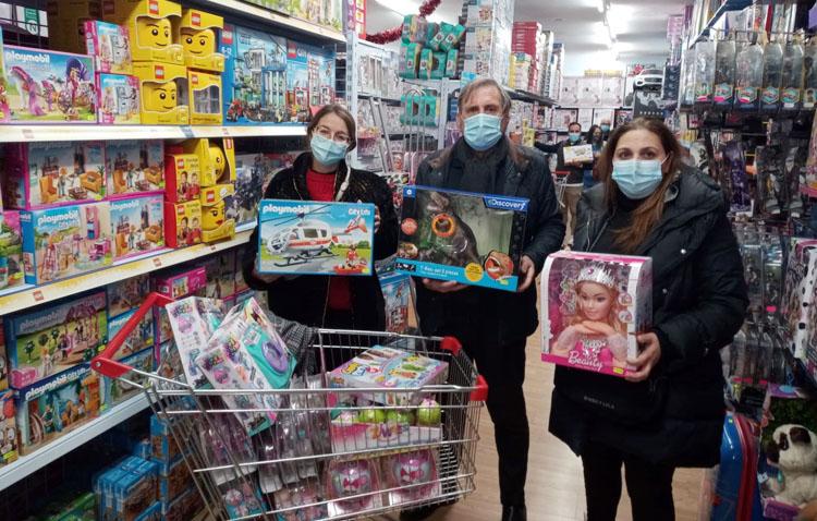 La destilería «Flor de Utrera» destina sus beneficios en el poblado navideño a la campaña «Un juguete para todos»