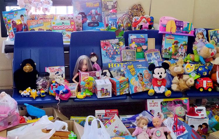 Cuatro centenares de juguetes para los niños del comedor «Santiago el Mayor» gracias al centro de salud Utrera Sur