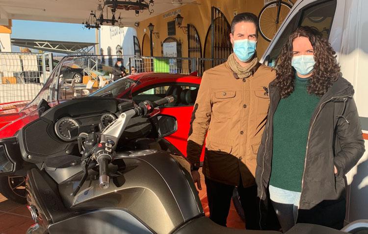 Una joven pareja, ganadora de la cesta de regalos más grande de España