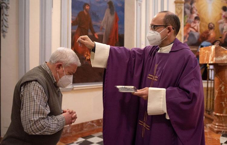 Ceniza sobre la cabeza en el inicio de la Cuaresma para evitar el contacto con los fieles