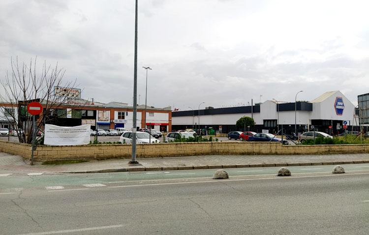 La corporación municipal de Utrera rechaza en bloque la instalación de la gasolinera junto a Super Carmela