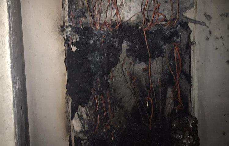 El incendio en un bloque de pisos de la calle Brigadas Internacionales obliga a desalojar a todos los vecinos en plena madrugada